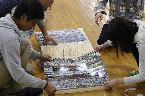 沼田城フォトモザイクアート組み立て風景